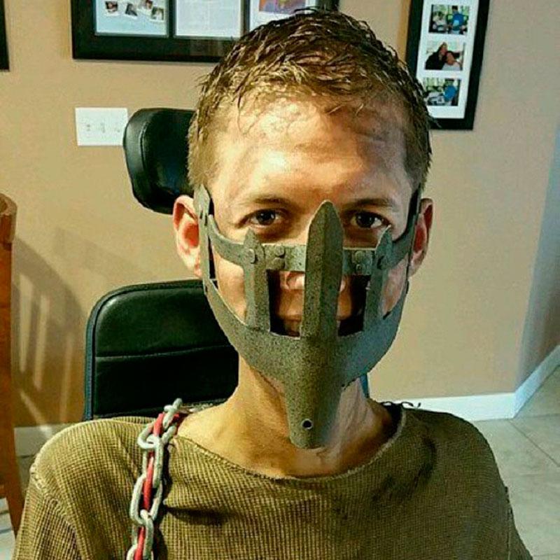 Jovem faz cosplay de Mad Max com sua cadeira de rodas