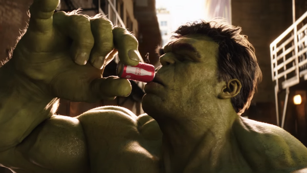Homem Formiga rouba a Coca Cola do Hulk no comercial do Super Bowl 50
