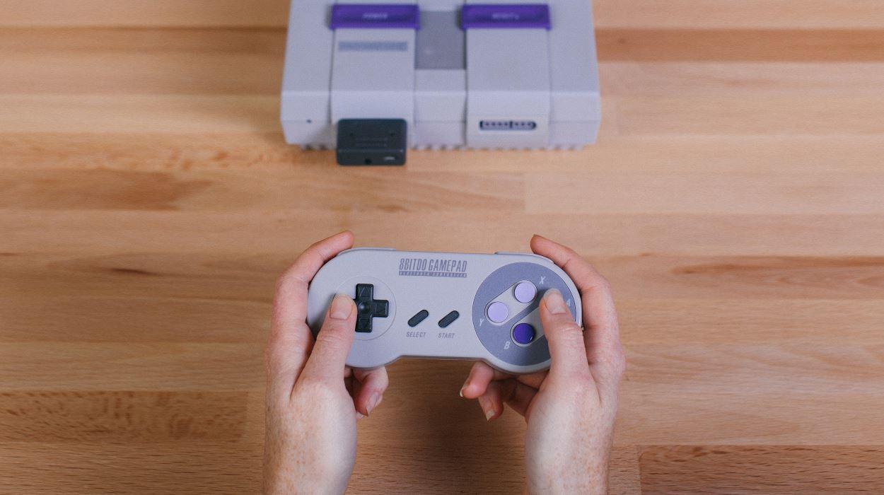 Criaram um conector que permite jogar Super Nintendo com controle sem fio